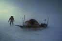 Lorsque le blizzard antarctique souffle, on peut être à cinq mètres de sa tente - ou même moins - et ne pas la retrouver